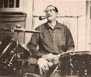 За ударной установкой своего сына в 1966 г. в Калифорнии